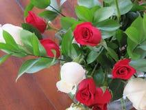 Rosas rojas y blancas en un ramo precioso Foto de archivo libre de regalías