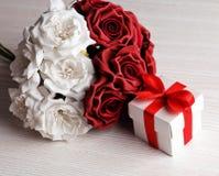 Rosas rojas y blancas y caja de regalo Imagen de archivo