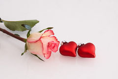 Rosas rojas y blancas y corazones Fotografía de archivo