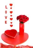 Rosas rojas y chocolates para el amor Fotos de archivo