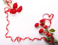 Rosas rojas y cinta Foto de archivo libre de regalías