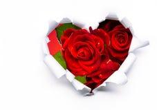 Rosas rojas y corazón de papel el día de tarjeta del día de San Valentín Foto de archivo