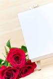 Rosas rojas y muestra en blanco Fotografía de archivo