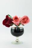 Rosas rojas y rosadas en el vidrio de vino Imagen de archivo