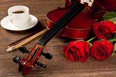 Rosas rojas y un violín Fotografía de archivo