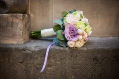 Rosas románticas del ramo, del rosa, púrpuras y blancas de la boda en un ston Fotografía de archivo libre de regalías