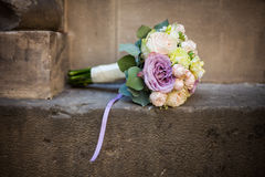 Rosas românticas do ramalhete, do rosa, as roxas e as brancas do casamento em um ston Fotografia de Stock Royalty Free