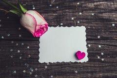Rosas rosadas con declaraciones de una nota del amor imagenes de archivo