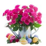 Rosas rosadas con los huevos de Pascua Fotografía de archivo libre de regalías