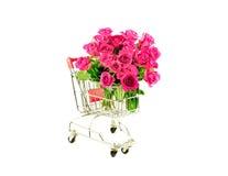 Rosas rosadas del manojo en carro de la compra Fotografía de archivo libre de regalías