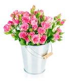 Rosas rosadas del manojo en cubo imagenes de archivo