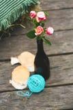 Rosas rosadas en botella con la bola de la turquesa en el piso Fotografía de archivo libre de regalías