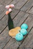 Rosas rosadas en botella con las bolas de la turquesa Fotografía de archivo