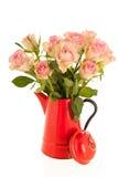 Rosas rosadas en florero rojo Foto de archivo libre de regalías