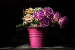Rosas rosadas en florero rosado Fotografía de archivo libre de regalías