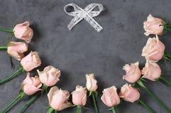 Rosas rosadas en fondo gris Imágenes de archivo libres de regalías