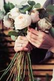Rosas rosadas en ramo de la flor de las novias Imagen de archivo libre de regalías