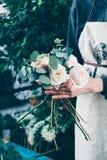 Rosas rosadas en ramo de la flor de las novias Fotos de archivo libres de regalías