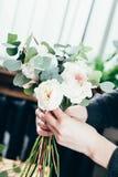 Rosas rosadas en ramo de la flor de las novias Fotos de archivo