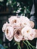 Rosas rosadas en ramo de la flor de las novias Imágenes de archivo libres de regalías