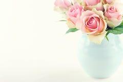Rosas rosadas en un florero azul claro Fotos de archivo libres de regalías