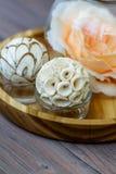 Rosas rosadas en un globo de cristal con una variedad de elementos decorativos interesantes Fotos de archivo