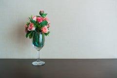 Rosas rosadas en una copa de vino Imágenes de archivo libres de regalías