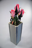 Rosas rosadas, florero de cerámica gris Fotos de archivo
