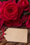 Rosas rosadas oscuras con los corazones y la etiqueta Fotos de archivo libres de regalías