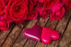 Rosas rosadas oscuras con los corazones y la etiqueta Imágenes de archivo libres de regalías