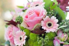 Rosas rosadas que se casan el ramo Imagen de archivo