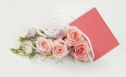 rosas rosadas románticas en sobre Fotos de archivo libres de regalías