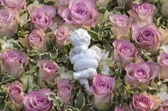 Rosas rosadas y ángel blanco Foto de archivo