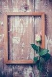 Rosas rosadas y un marco de madera Imagen de archivo
