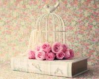 Rosas sobre o livro do vintage Foto de Stock Royalty Free