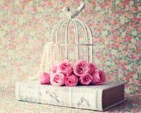 Rosas sobre o livro do vintage Fotografia de Stock