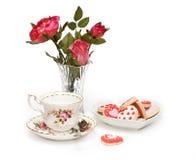 Rosas, taza de té, galletas Imagen de archivo libre de regalías