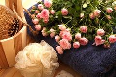 Rosas, toallas y accesorios del balneario Fotos de archivo