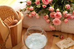 Rosas, toallas y accesorios del balneario Imagen de archivo