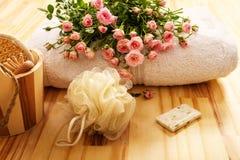 Rosas, toallas y accesorios del balneario Foto de archivo