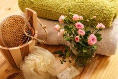 Rosas, toallas y accesorios del balneario Imagenes de archivo