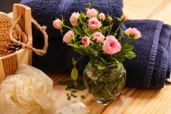 Rosas, toallas y accesorios del balneario Imágenes de archivo libres de regalías