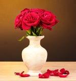 Rosas vermelhas bonitas no vaso em de madeira Imagens de Stock