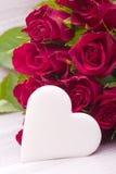 Rosas vermelhas com coração foto de stock royalty free