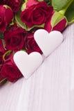 Rosas vermelhas com decoração do coração Foto de Stock Royalty Free