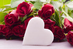 Rosas vermelhas com decoração do coração Imagem de Stock