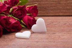 Rosas vermelhas com a decoração do coração para o dia de mães foto de stock royalty free