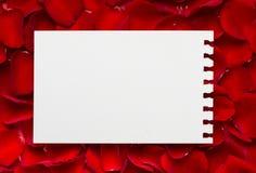 Rosas vermelhas com uma nota em branco Imagens de Stock
