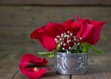 Rosas vermelhas do Valentim dois com o gypsophila branco no suporte de prata antigo Foto de Stock Royalty Free