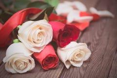 Rosas vermelhas e brancas em um fundo de madeira escuro Dia de Women s, V Imagens de Stock